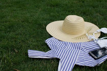 ベージュ色の帽子