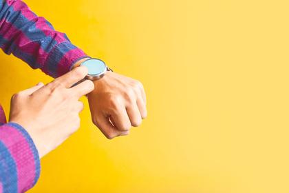 腕時計を見る人
