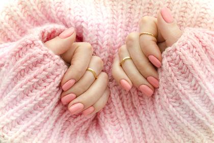 服の色と同じパステルピンクのネイル