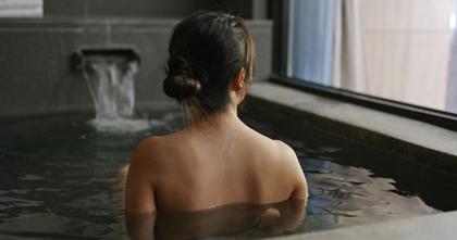 温泉に浸かる女性