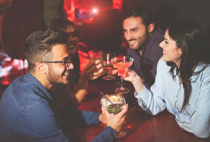 お酒を飲む人たち