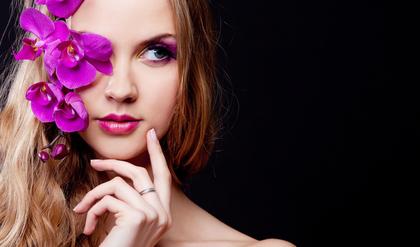 花で瞳を隠した女性