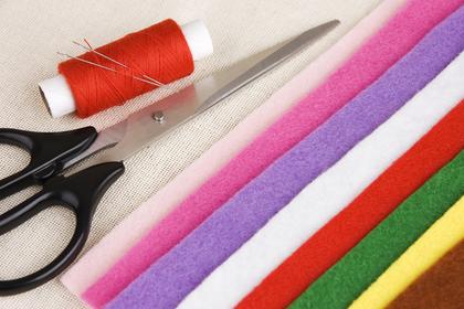 カラフルな布と糸