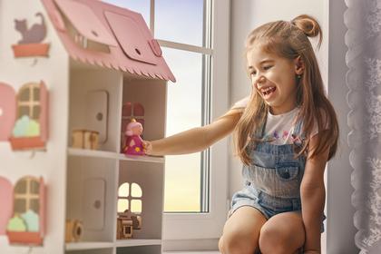 おもちゃの家で遊ぶ女の子