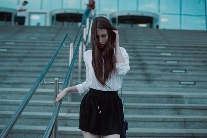 ファーを着る女性