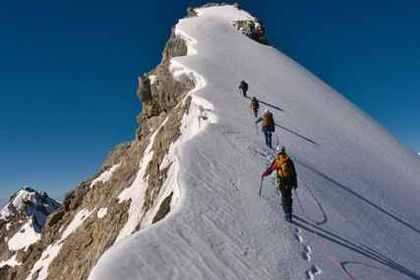 雪山を上る人