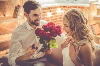 花と指輪を渡す男性