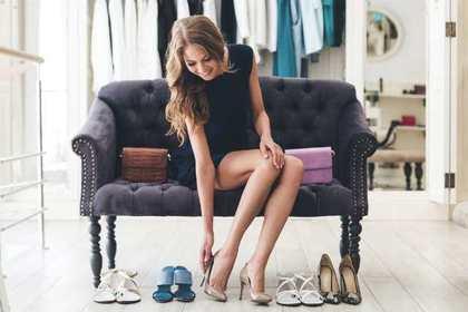 靴を試着する女性
