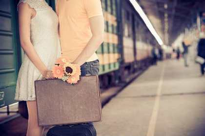 鞄を持つカップル