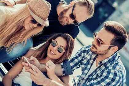 携帯を見つめる人たち