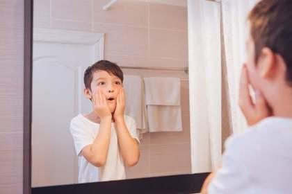 鏡を見る男の子