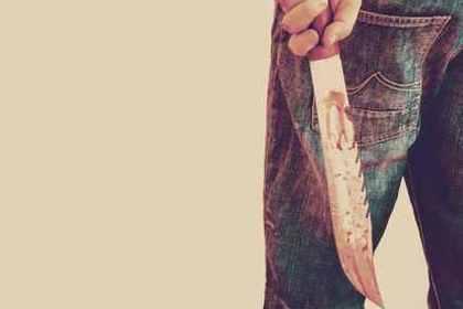 血まみれのナイフを握る