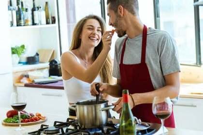 男女で料理を作る