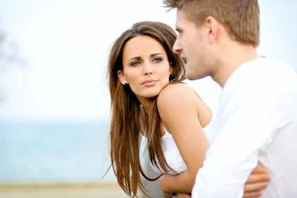 男性の話を黙って聞く女性