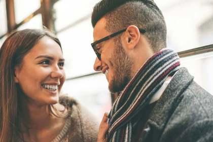 笑顔で見つめ合う二人