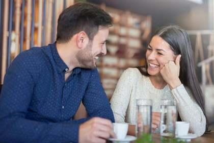 会話を楽しむ男女