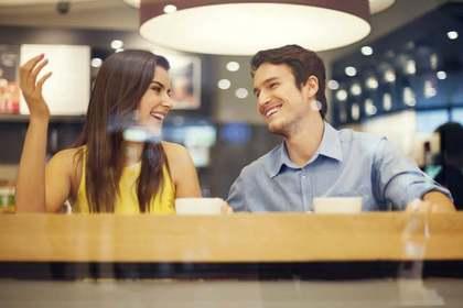 カフェにいる男女