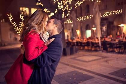 抱きしめてキスをするカップル