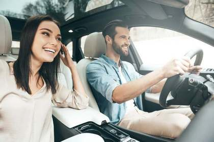 車で出かける二人