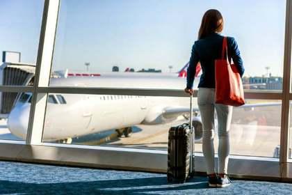 飛行機を見る女性