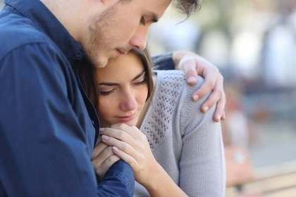 女性を抱き寄せる男性