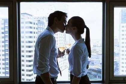 職場でキスする男女