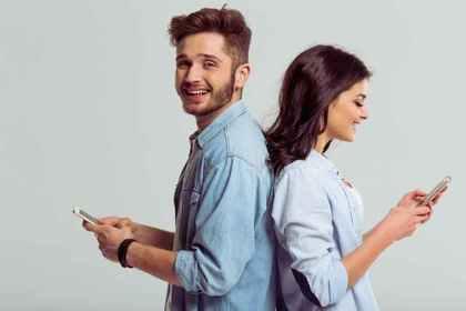携帯を持つ男女