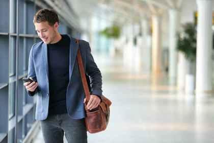 歩きながらメールをする男性