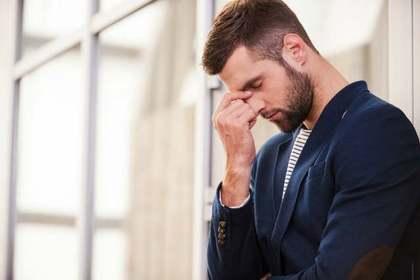 感情を抑え込む男性