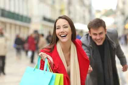 買い物する二人