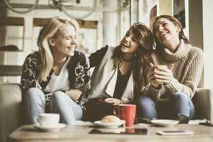 ソファに座る3人の女性