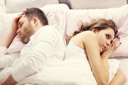 ベッドに寝る男女