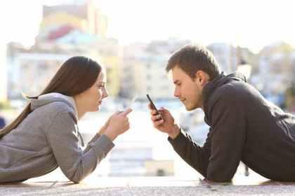 緊張のあまり携帯を見る