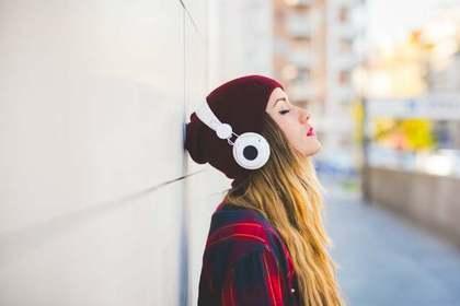 一人で音楽を聴く女性