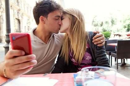 キスしている写真を撮る男性