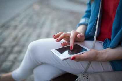 携帯画面に触れる人