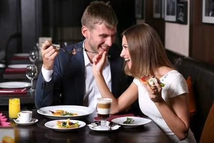 ディナーを楽しむ男女