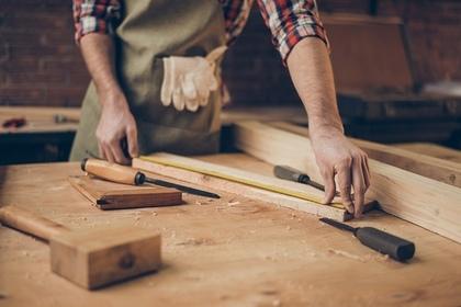 木材を計測する男性