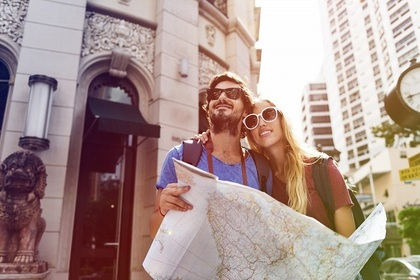 旅行するカップル