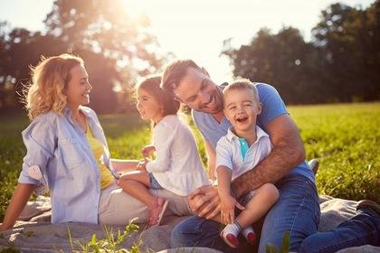 ピクニックに行く家族