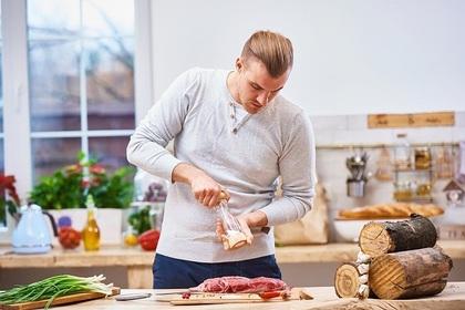 肉を料理する男性