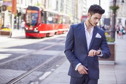 電車に遅れる男性