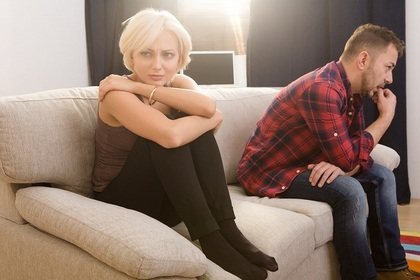 ソファーに座る男女