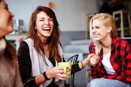 爆笑する3人の女性