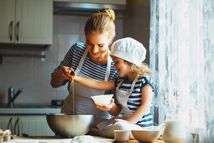 お菓子作りする親子