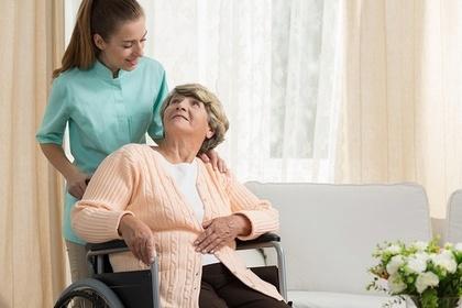 看護師とおばあさん