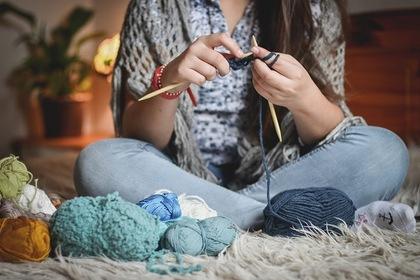 根気強く編み物を「する人