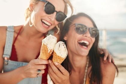 アイスをもって笑う女性
