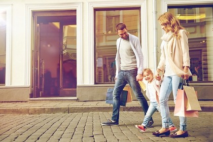 ショッピングをした家族3人