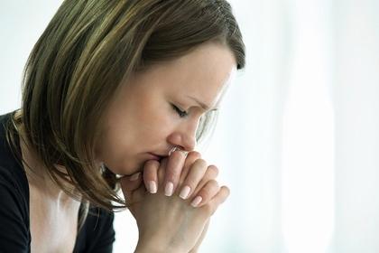 人の不幸を願い苦しんでいる女性